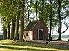 foto van Sint-Janskapel: eenvoudig kapelletje met zadeldak en topgevels, rechthoekig absisje
