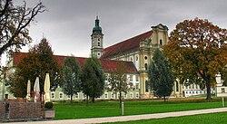 Klosterkirche St. Mariä Himmelfahrt im Herbst.jpg