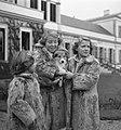 Koninklijk gezin op Soestdijk met hondje buiten, Bestanddeelnr 904-2779.jpg