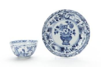 Kopp och fat av porslin med blå underglasyrmålning, från Kina 1662-1722 - Skoklosters slott - 93316.tif