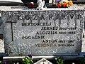 Kozarjevi nagrobnik.jpg