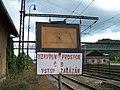 Králův Dvůr, nádraží, značka na začátku nástupiště.jpg
