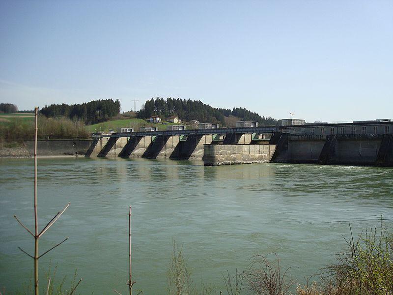 File:Kraftwerk Passau-Ingling, Wehranlage, Trennpfeiler und Maschinenhaus, Unterwasser 2.jpg