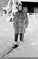 Kvinna i päls på skidor - Nordiska museet - NMA.0091031.jpg
