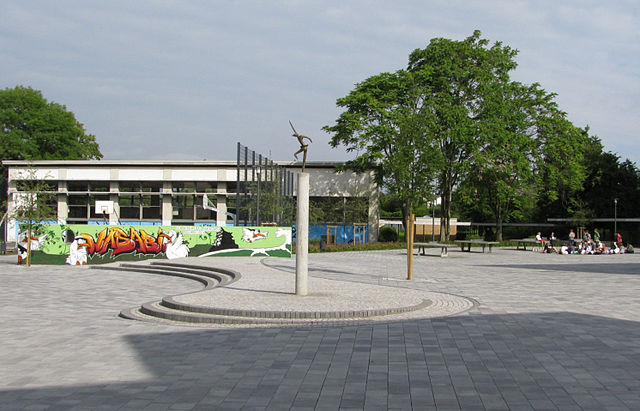 Der Schulhof 640px-LLG_Gie%C3%9Fen_Schulhof_Mit_Blick_Richtung_Turnhalle_(Gie%C3%9Fen,_Mitte_2009)