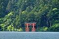 Le Torii dans le lac (Hakone, Japon) (30429846347).jpg