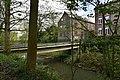 Le pont pour accéder à la rue le long du canal (26661542975).jpg