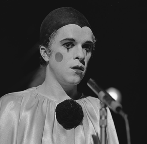 Leo Sayer - Sayer performing on Dutch television in 1974