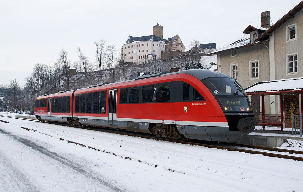Liesel 28-11-10 642 055-8 im Bahnhof Scharfenstein / Railcar Class 642