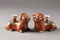 Liggande hundar med hållare för rökelsepinnar på ryggen, gjorda i Kina på 1700-talet - Hallwylska museet - 95441.tif
