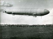 """Luftskibet """"Hansa"""" lander på flyvepladsen Aerodromen, 1912 (Flyvning-A1017).jpg"""