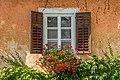 Maria Saal Domgasse 3 Fenster mit Balken und Pelargonien 19092016 4337.jpg