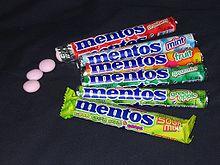Un assortimento di pacchetti di Mentos, di vari gusti.