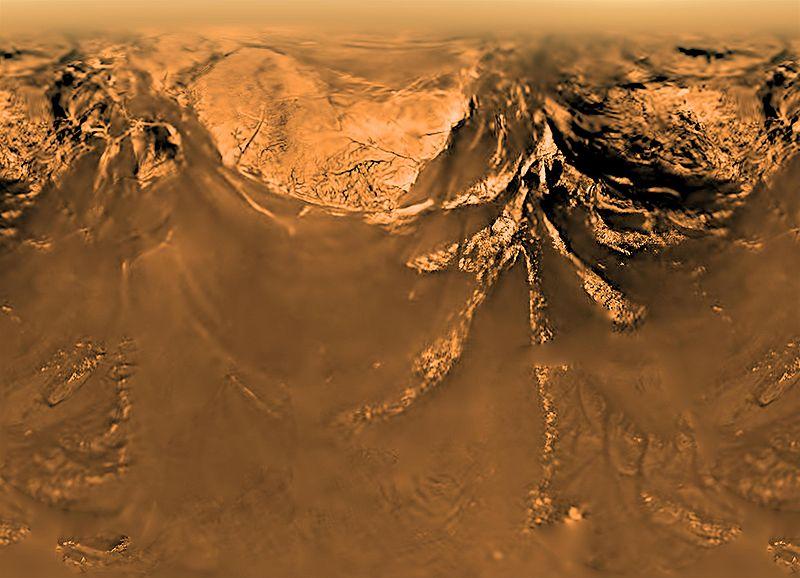 Горная гряда на Титане с высоты 10 км (радиоспектральный снимок с зонда «Гюйгенс»)