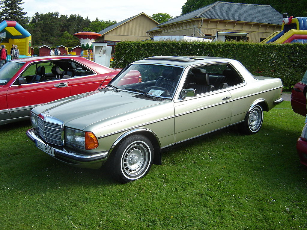 File mercedes benz 230 ce 3578886665 jpg wikimedia commons for Mercedes benz sweatsuit