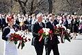 Ministru prezidents Valdis Dombrovskis noliek ziedus pie Brīvības pieminekļa (8707413198).jpg