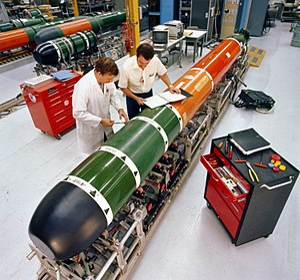 USS Baton Rouge (SSN-689) - Image: Mk 48 torpedo maintenance 1982
