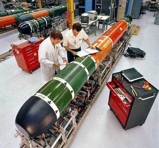كيف تغرق حاملة طائرات أمريكية عملاقة؟ - صفحة 65 641px-Mk_48_torpedo_maintenance_1982