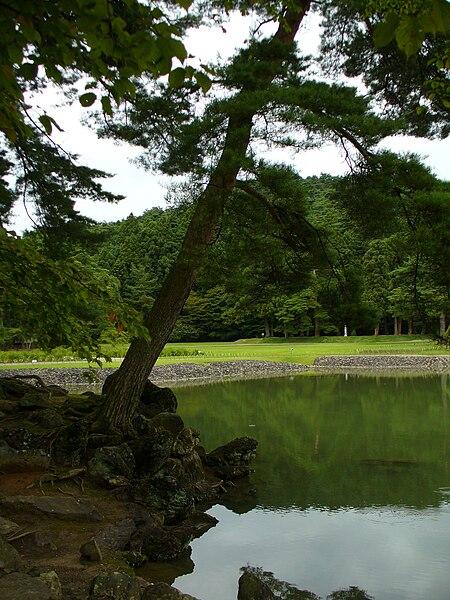 ファイル:Motsuji Oizumi ga ike Pond Tsukiyama.jpg