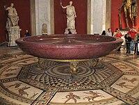 Musei vaticani - sala della Rotonda - Porphyrschale.jpg