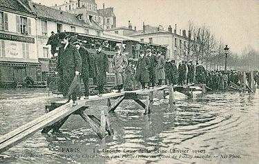 ND 141 - PARIS - La Grande Crue de la Seine - Rétablissement de la circulation par passerelles au Quai de Passy inondé.JPG