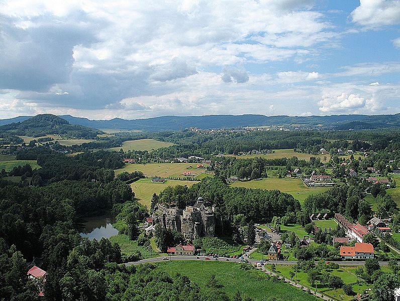 File:Na Stráži -Pohled z rozhledny na skalní hrad Sloup.jpg