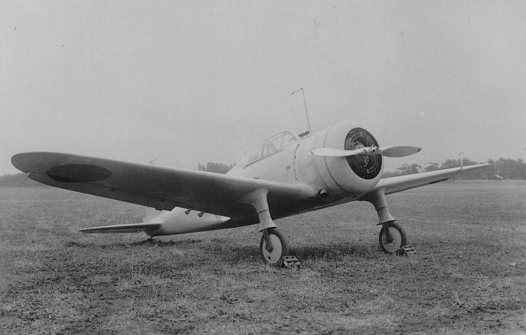 https://upload.wikimedia.org/wikipedia/commons/thumb/8/80/Nakajima_Ki-27_at_Hamamatsu.jpg/1024px-Nakajima_Ki-27_at_Hamamatsu.jpg