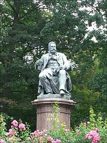 Fritz-Reuter-Denkmal in Neubrandenburg (Quelle: Wikimedia)