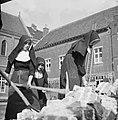 Nonnen werken met houwelen, Bestanddeelnr 191-1163.jpg