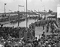 Opening Sluis in Tiel vlag in top door Koninklijke familie, Bestanddeelnr 905-1233.jpg