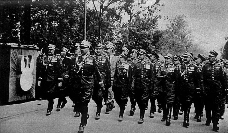 http://upload.wikimedia.org/wikipedia/commons/thumb/8/80/Ostatnia_defilada_Blonia_krakowskie_Pierwsza_Kadrowa_1939.jpg/800px-Ostatnia_defilada_Blonia_krakowskie_Pierwsza_Kadrowa_1939.jpg