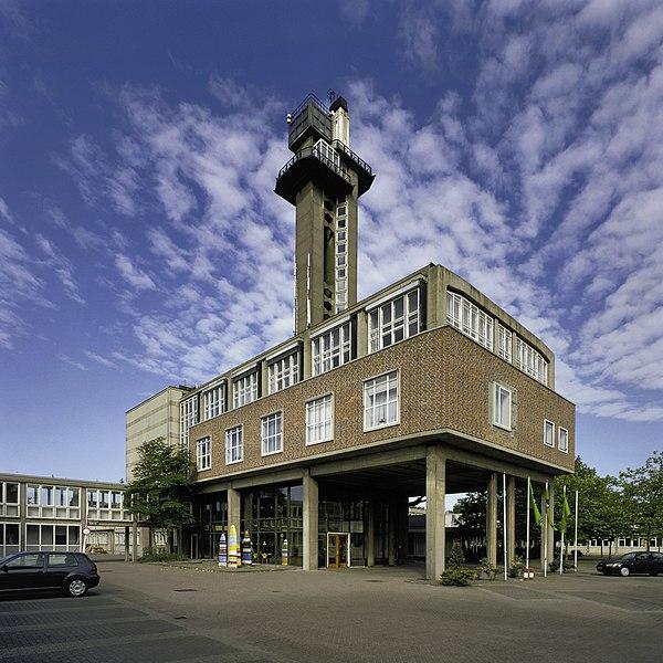Bestand:Overzicht van de middenvleugel met de vijftig meter hoge toren - Leidschendam - 20399134 - RCE.jpg