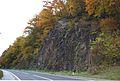 Ozbalt östl Straßeneinschnitt mit Tafel Lackov Odred.jpg