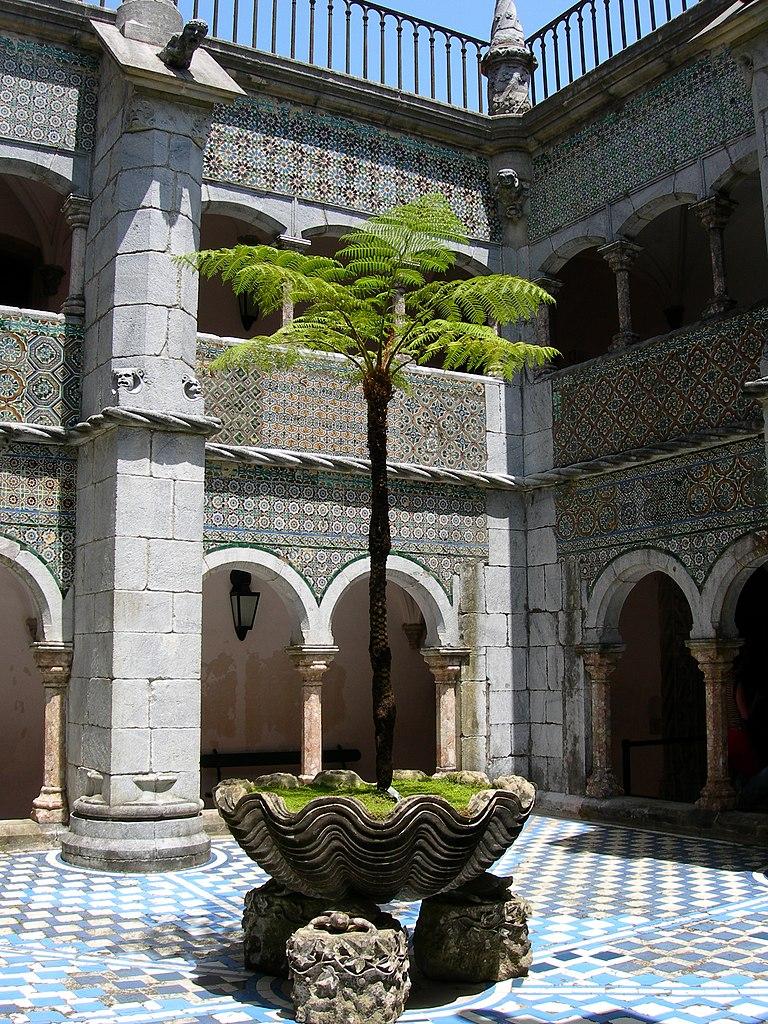 Dans la cour du palais de la Pena à Sintra - Photo de Maragato1976.