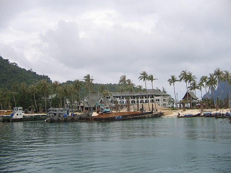 File:Phi phi harbour.JPG
