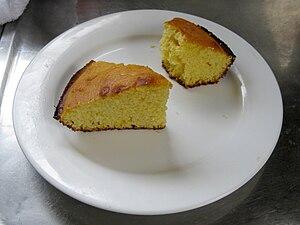 English: Piece of cornbread on white plate. 日本...