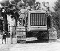 PikiWiki Israel 2757 Kibutz Gan-Shmuel sk6- 44 גן-שמואל-טרקטור חדש ומעריצים 1950-5.jpg
