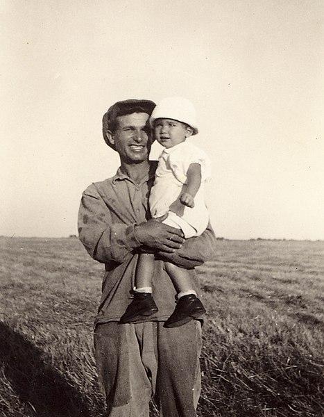 חלוץ עם תינוקת בשדות העמק