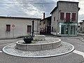 Place de la Pompe (Mas Rillier) et boutique (coiffure).jpg