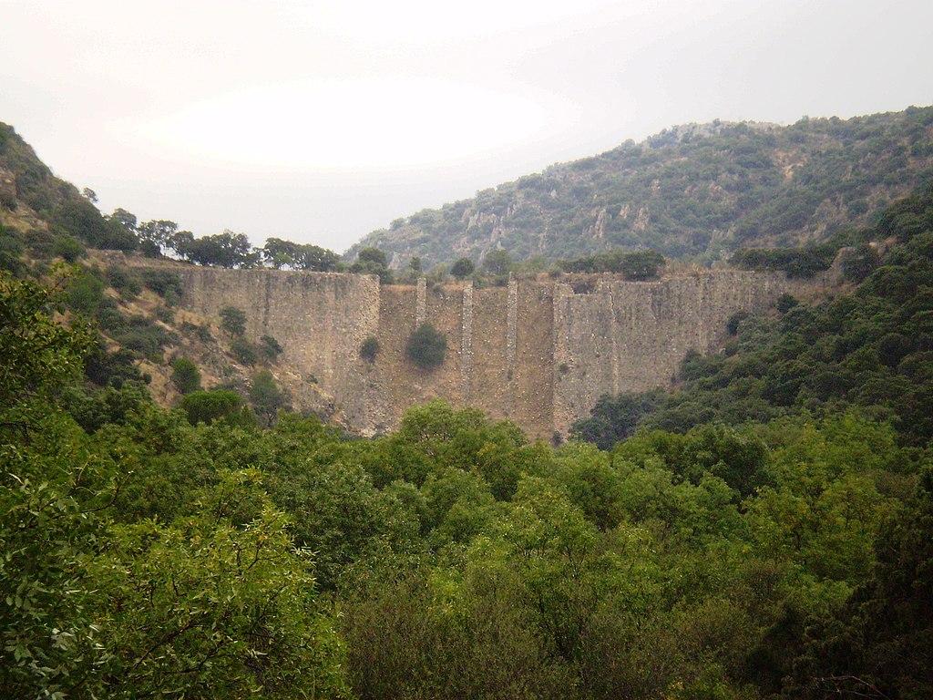 Cara sur (aguas abajo) de la presa de El Gasco, vista desde el término municipal de Las Rozas (Madrid), cerca de la urbanización Molino de la Hoz.