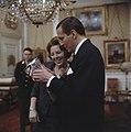 Prinses Beatrix en prins Claus krijgen geschenk aangeboden, Bestanddeelnr 254-7518.jpg