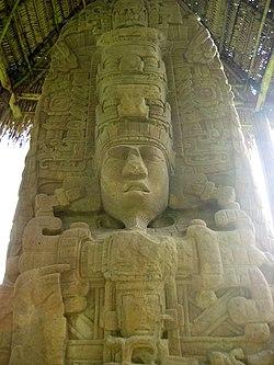 Quirigá, stèle D, face Nord, représentant le roi K'ak' Tiliw Chan Yoaat