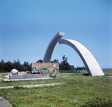 Мемориальный комплекс с крестом Новая Ладога Эконом памятник Башня с профильной резкой Рыльск