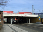 Railway bridge over Straße der Jugend (south).png