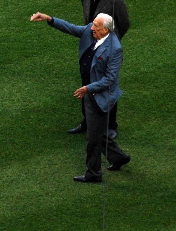 Ralph Kiner throws out first pitch CROP
