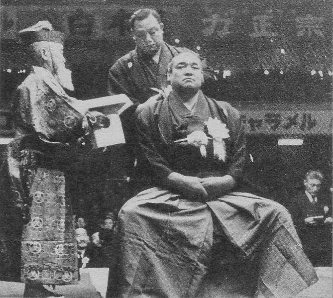 File:Retirement ceremony from Haguroyama Scan10050.JPG