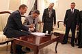 Robert Korzeniowski i Donald Tusk wpisali się do księgi pamiątkowej (6168940656).jpg