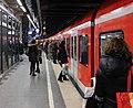 S-Bahnsteig Stachus Karlspl Muenchen.JPG