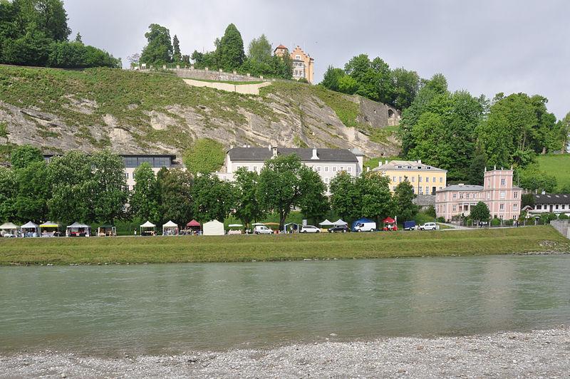 File:Salzburg Müllner Hauptstraße und Schloss Mönchstein.jpg - Wikimedia Commons