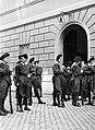 Soldaten in excercitie-tenue verzamelen zich voor de exercitie, Bestanddeelnr 191-1315.jpg
